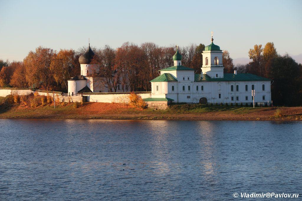 Mirozhskij monastyr vid s protivopolozhnogo berega Velikoj - Мирожский монастырь в Пскове