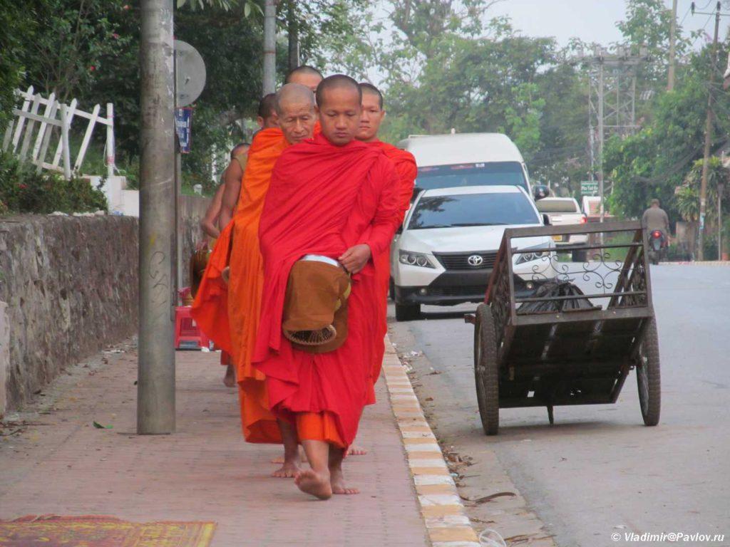 Monahi s chashami dlya podayaniya na ulitse Luang Prabanga. Laos 1024x768 - Ритуал Подношения пищи монахам (Tak Bat). Лаос