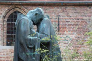 Monasheskoe bratstvo skulptura v Bryugge 300x200 - Бельгия. Брюгге. Brugge. 8
