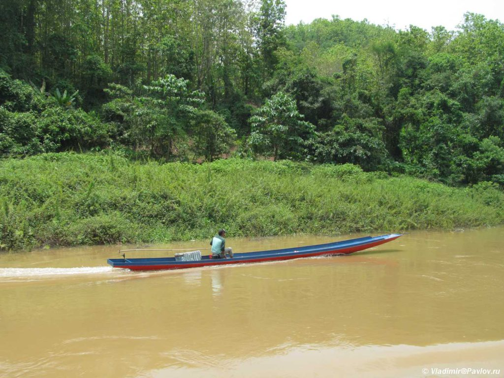 Motornaya lodka osnovnoj transport po Mekongu. Laos 1024x768 - Круиз на лодке по Меконгу