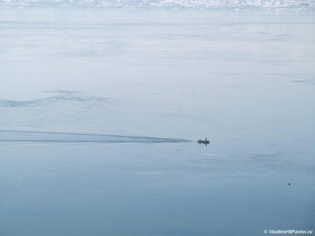 Motornaya lodka probivaetsya skvoz led ozera Sevan v Armenii 1024x768 - Озеро Севан (Sevan lake) в Армении