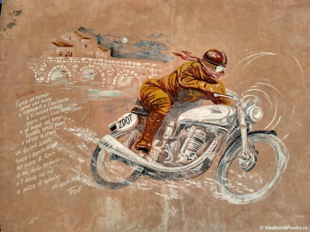 Mototsiklist. Tvorcheskaya ulitsa Marechchia v Rimini. Via Marecchia. Rimini 1024x768 - Римини (Rimini). Начало и отправная точка.