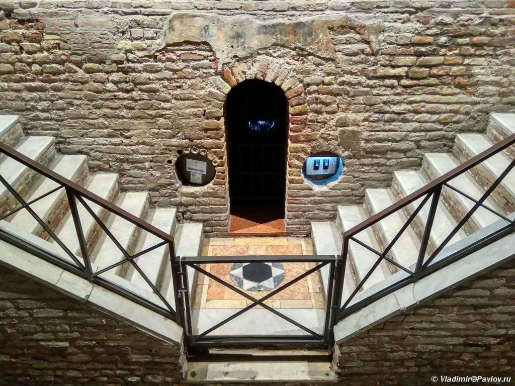 Mozaiki raspolozheny zdes pod altarem. Monastyr Sv. Franchesko. Ravenna. Basilica di San Francesco. Ravenna 1024x768 - Равенна (Ravenna). Однодневная экскурсия из Римини