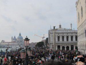 Naberezhnaya Venetsii zapolnena lyudmi 300x225 - Карнавал в Венеции
