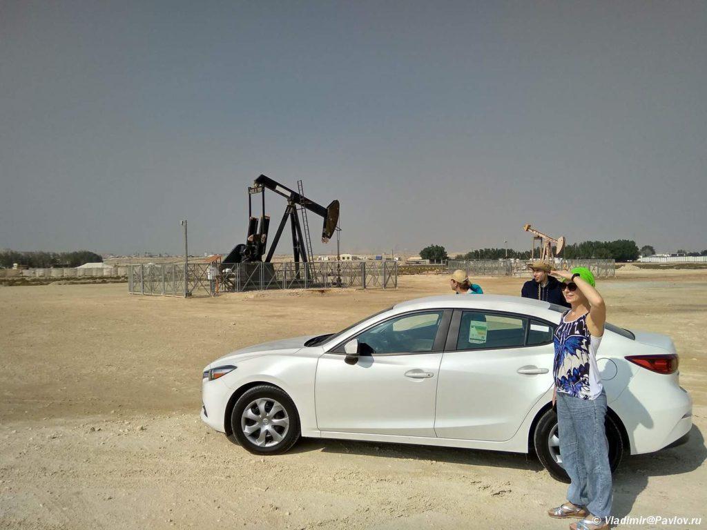 Nasha kompaniya arendovannaya mashina i neftyanaya kachalka. Neftyanoe mestorozhdenie v Bahrejne. Bahrain oil field 1024x768 - Транспорт в Бахрейне. Аренда машины. Городские и междугородные автобусы.