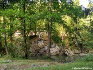 Nashi palatki ot osnovnoj dorogi otdelyala reka Bordzhomula 300x225 - Грузия. Боржоми и Батуми в палатке. 22