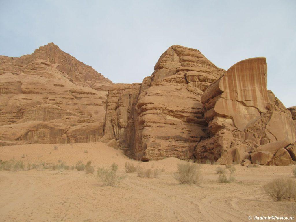 Nekotorye skaly vyglyadyat kak otrezannye lazerom. Iordaniya. Pustynya Vadi Ram. Wadi Rum Jordan 1024x768 - Каньоны в пустыне Вади Рам (Wadi Rum). Иордания.