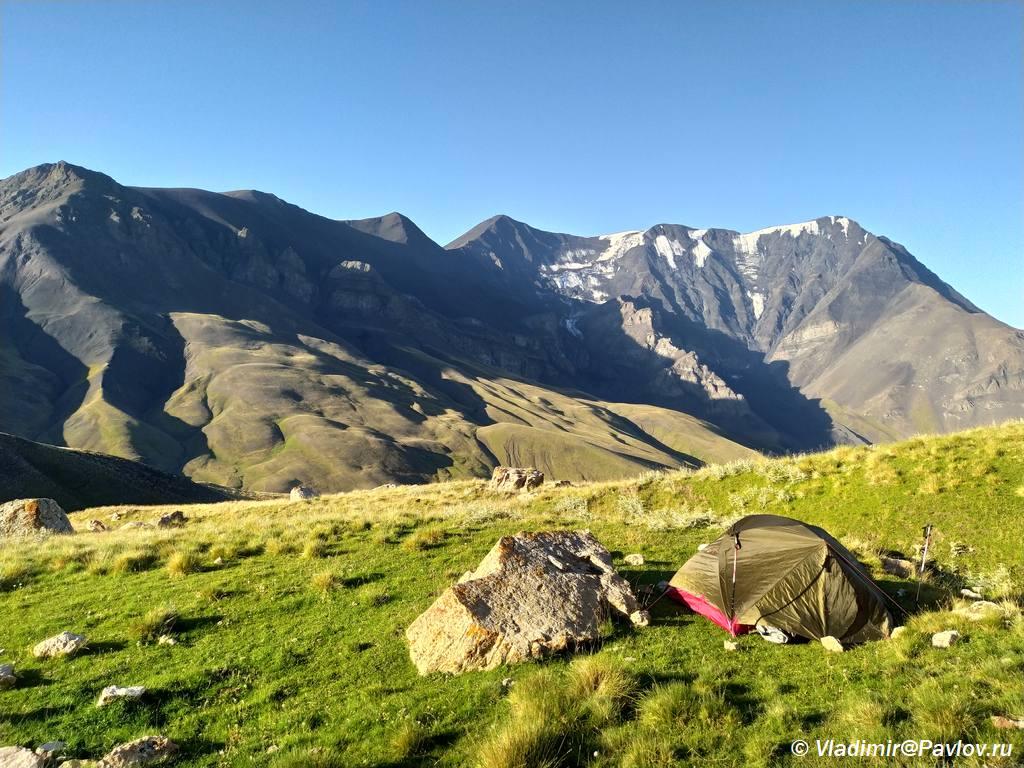 Nochevka v Dagestanskih gorah s vidom na Bazardyuzyu - Горный Дагестан. Базардюзи, Ярыдаг, Шаблусдаг, Куруш