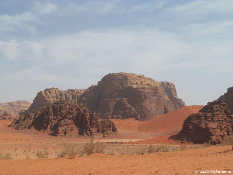 Odna iz dostoprimechatelnostej Vadi Ram raznotsvetnyj pesok. Iordaniya. Wadi Rum Jordan 750x563 - По Иордании. Самостоятельно в пустыню Вади Рам (Wadi Rum).