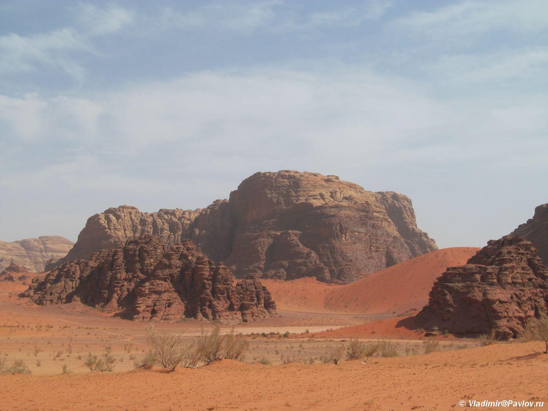 Odna iz dostoprimechatelnostej Vadi Ram raznotsvetnyj pesok. Iordaniya. Wadi Rum Jordan - По Иордании. Самостоятельно в пустыню Вади Рам (Wadi Rum).