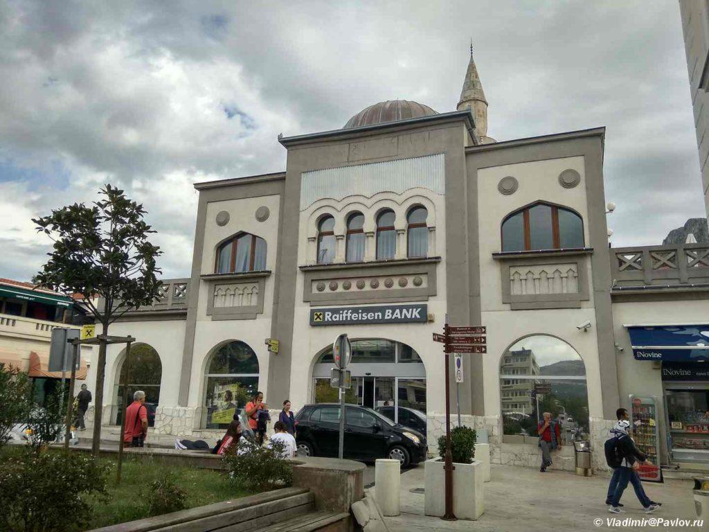 Ofis Rajffajzen banka v Mostare napominayushhij mechet. Bosniya i Gertsegovina Mostar 1024x768 - Прогулка по Мостару (Mostar). Босния и Герцеговина
