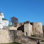 Ostatki bashni Ploskoj i vhod v Izborskuyu Krepost 150x150 - Изборская крепость