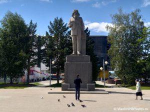 Pamyatnik D.I Mendeleevu rodivshemusya v Tobolskoj gubernii. Tobolsk 300x225 - Памятник Д.И Менделееву, родившемуся в Тобольской губернии. Тобольск