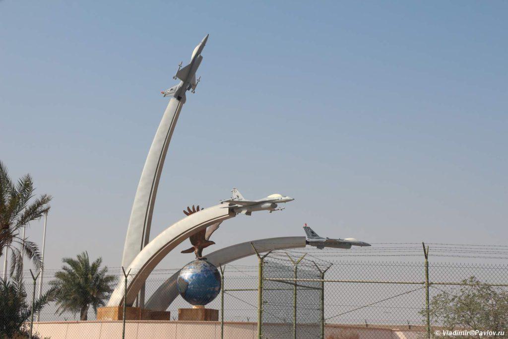 Pamyatnik ryadom v amerikanskoj voenno morskoj bazoj v Bahrejne. Bahrain 1024x683 - Экскурсии в Бахрейне. Самостоятельное путешествие по Бахрейну.