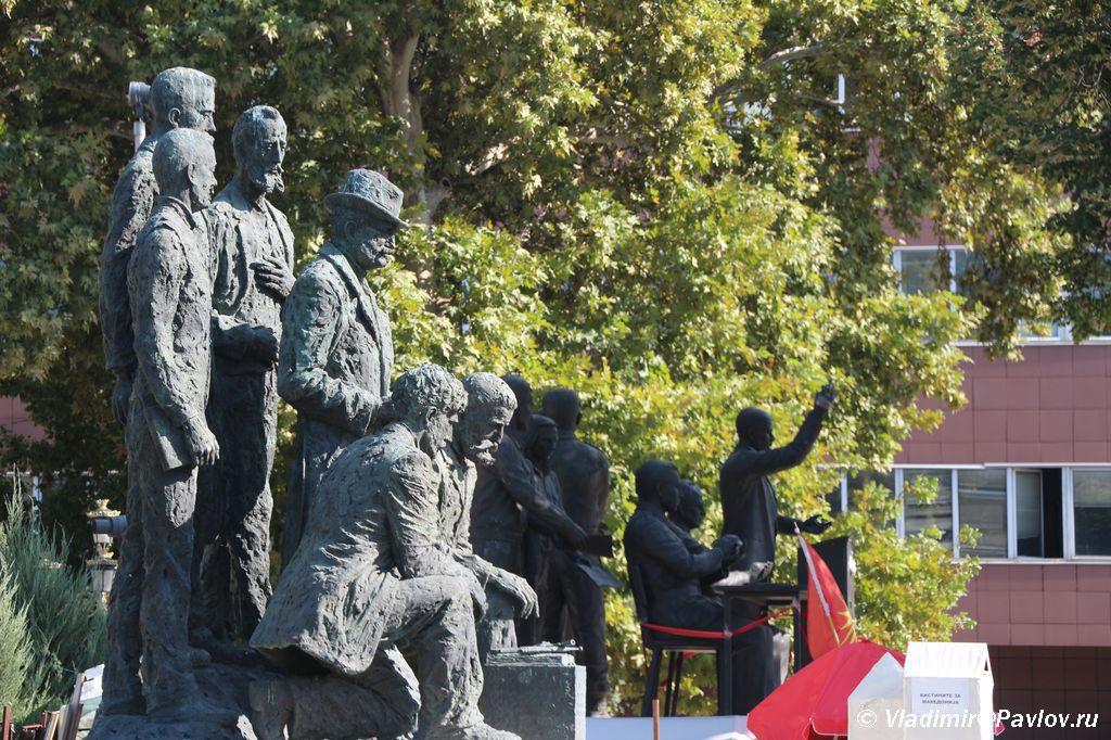 Pamyatniki obsuzhdayut bojkot referenduma v Makedonii 1024x682 - Столица Македонии. Город статуй Скопье. Референдум.