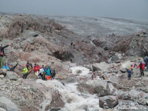 Perehod gornoj reki stekayushhej s lednika Gergeti 300x225 - От Зеленых стоянок до Метеостанции 3700м. Ледник Гергети. 12