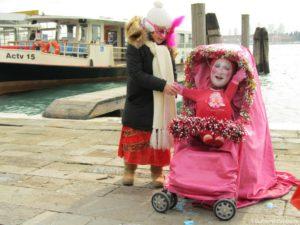 Personazh v kolyaske 1 300x225 - Карнавал в Венеции