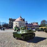 Pervyj sovetskij legkij plavayushhij tank 150x150 - 9 мая в Выборге. Праздник на Красной площади, парад ретротехники военных лет