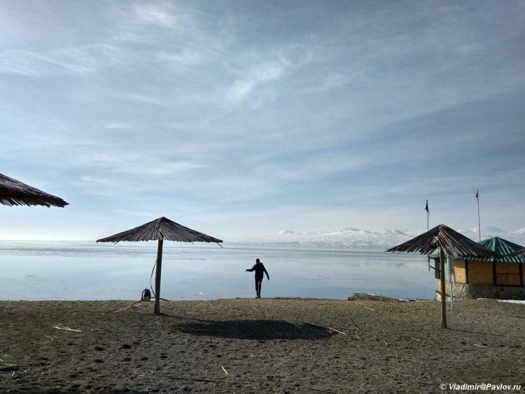 Plyazh na ozere Sevan. Armeniya 750x563 - Озеро Севан (Sevan lake) в Армении
