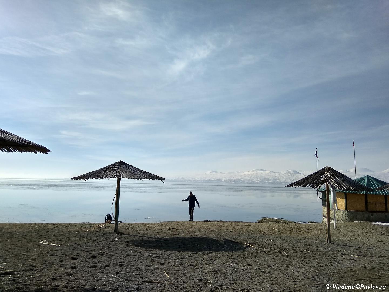Plyazh na ozere Sevan. Armeniya - Озеро Севан (Sevan lake) в Армении