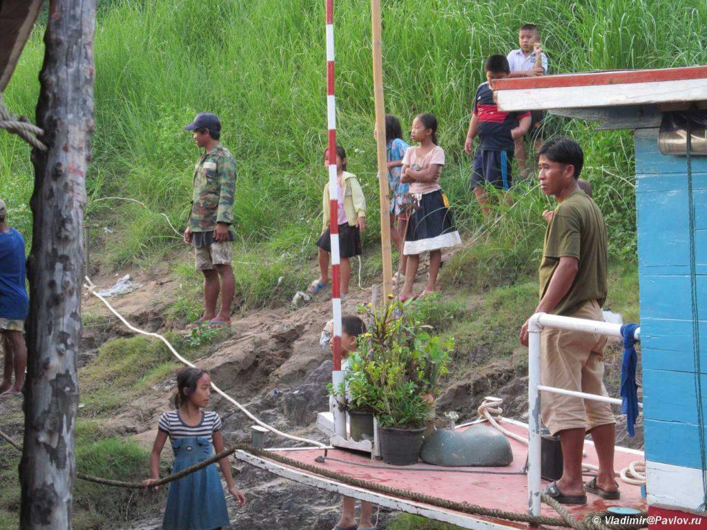 Pomoshhniki i vstechayushhie v Pak Beng Pak Beng 1024x768 - Судоходство по Меконгу. Лаос