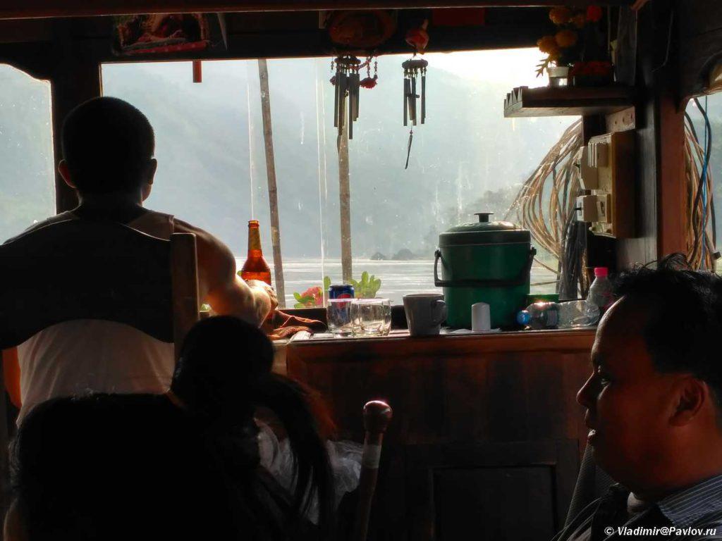 Posazhennyj za shturval matros popivaet pivo. Mekong. Laos 1024x768 - Наша лодка по Меконгу