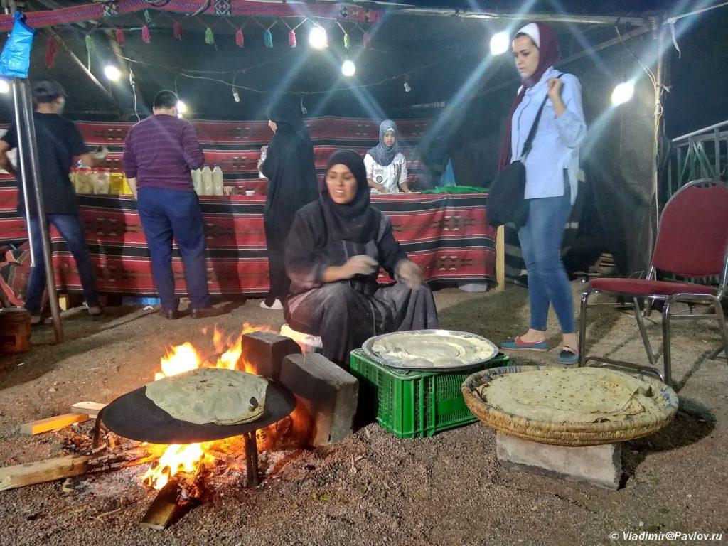 Prigotovlenie hleba traditsionno zhenskoe delo u beduinov. Iordaniya. Aqaba. Jordan 1024x768 - Акаба (Al Aqabah). Иорданский курорт на Красном море.