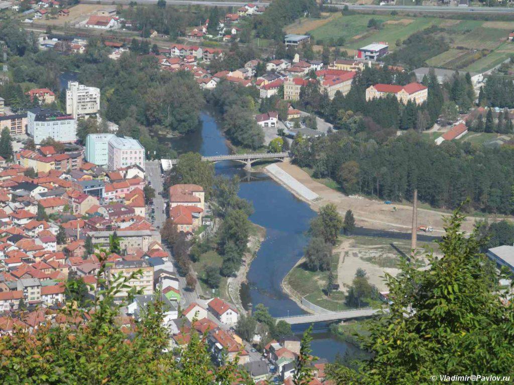 Reka Bosniya i gorod Visoko. Bosniya i Gertsegovina 1024x768 - На вершине пирамиды Солнца в Боснии