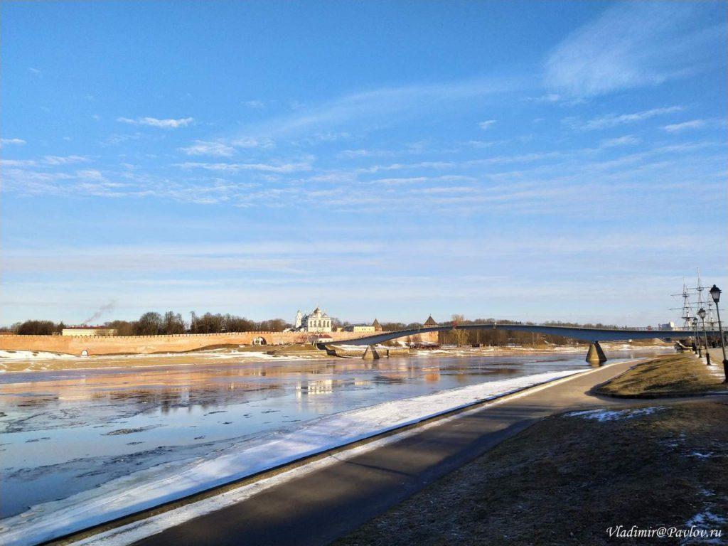 Reka Volhov. Most i Novgorodskij kreml 1024x768 - Тур в Великий Новгород на туристическом поезде из Москвы
