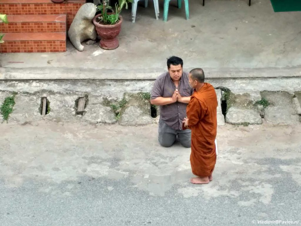 Ritual podnosheniya monaham v Laose 1024x768 - Пак Бенг (Pak Beng). Круиз по Меконгу. Лаос