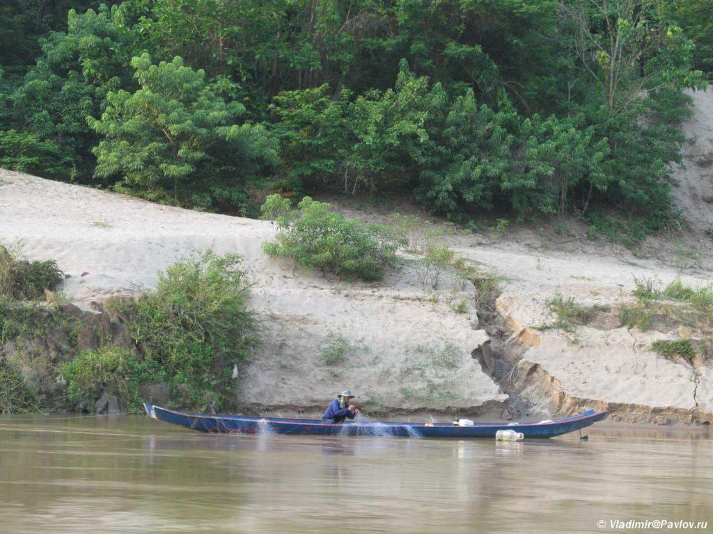 Rybak na Mekonge stavit seti. Laos 1024x768 - Круиз на лодке по Меконгу