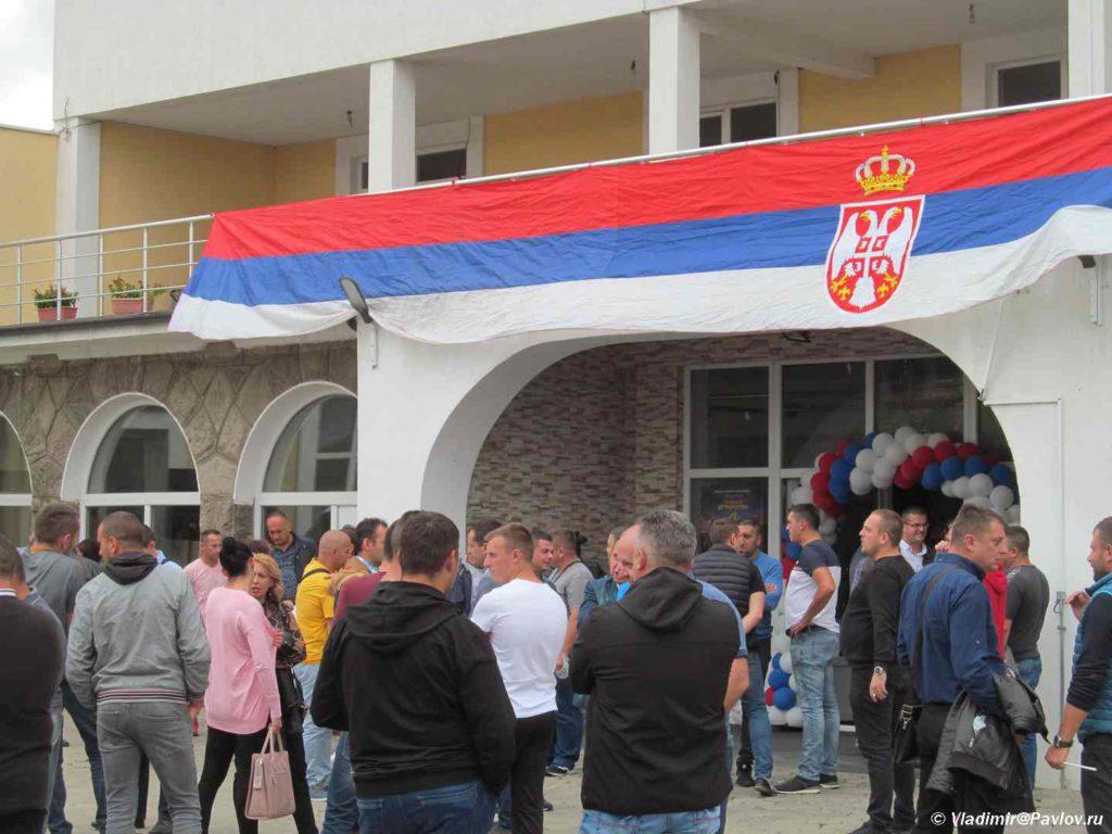 Serby na minitge u Doma kultury v Grachanitse. Kosovo. Kosovo 1024x768 - Грачаница. Сербская община. Косово
