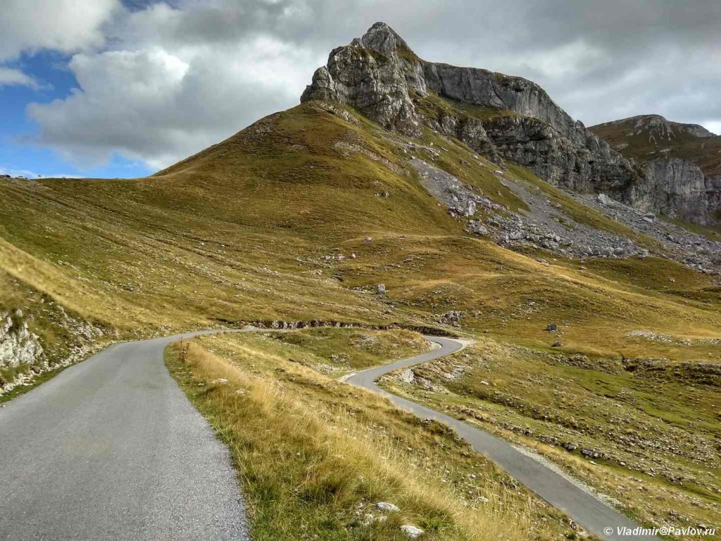 Serpantin dorogi R14 na fone Sedla 2 1024x768 - Красивая дорога P14 через национальный парк Дурмитор. Черногория