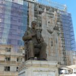 Skulptura sprava ot Vorot Makedonii. Skope 150x150 - Столица Македонии. Город статуй Скопье. Референдум.