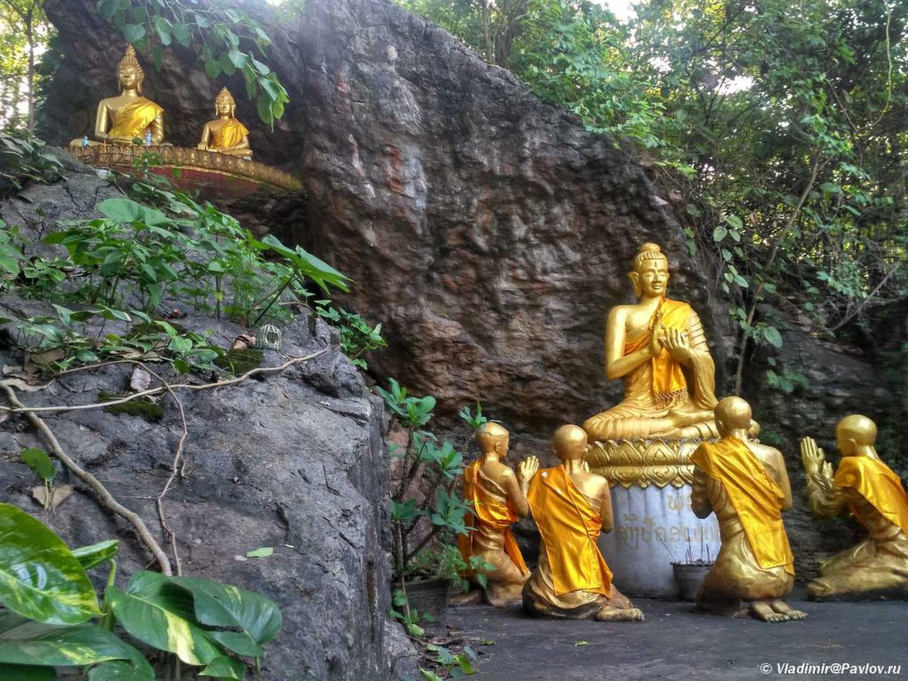Skulptury na harmovoj gore Phu Si v Luang Prabange. Laos 1024x768 - Храмы и Закаты на Храмовой Горе Пху Си (Phu Si Mount)