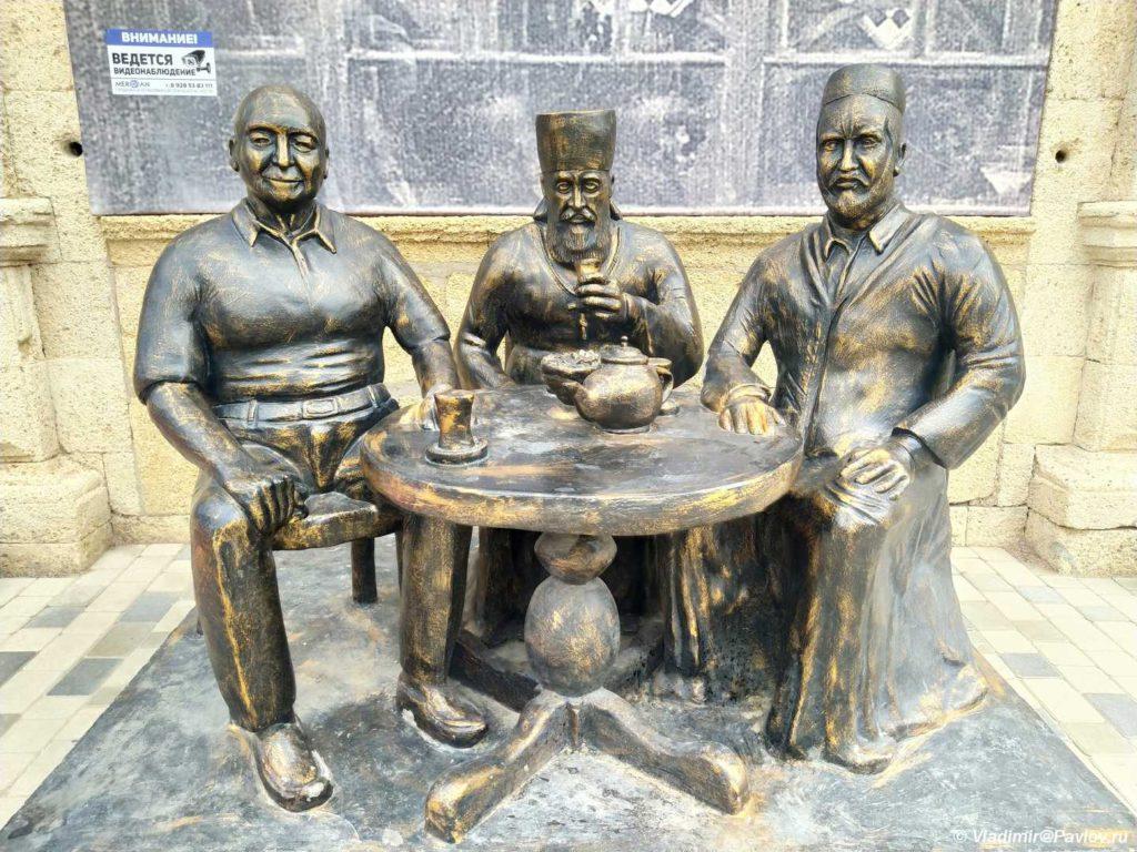 Skulptury na ulitse Derbenta 1024x768 - Разные достопримечательности Дербента. Прогулка по Дербенту