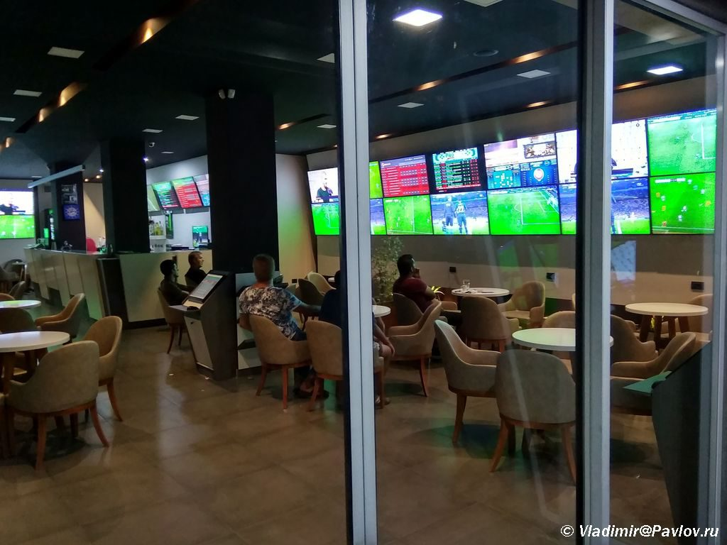 Sport bar v Albanii gde prinimayut mnozhestvo stavok 1024x768 - Отдых в Албании. Шкодер. Албанская мафия, террористы и беженцы.