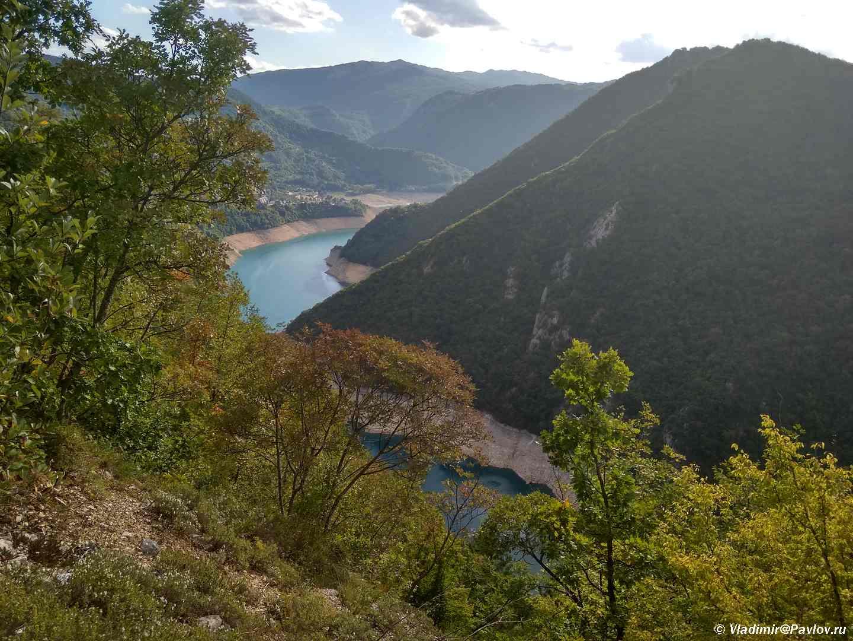 Spusk po serpantinu na bereg Pivskogo Ozera Pivsko Jezero 1 - Каньон на Пивском озере (Пивско Jезеро) при выезде из Дурмитора. Черногория