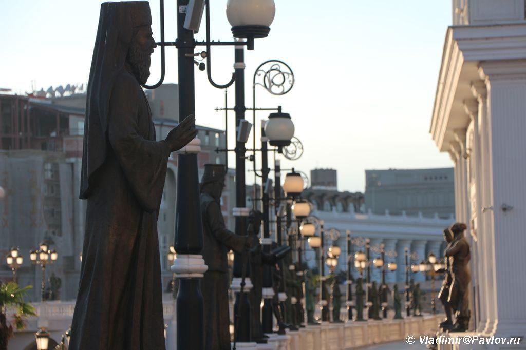 Statui vystroivshiesya vdol naberezhnoj Skope 1024x682 - Достопримечательности Скопье, продолжение