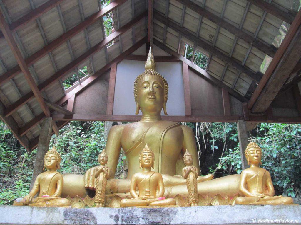 Statuya Buddy u vhoda v Peshheru Paluesi. Phaluesi cave. Laos. Laos. Luang Phabang 1024x768 - Окрестности Луанг Прабанг. Пещера Пхалуеси (Phaluesi Cave). Водопад Пху Си (Phu Si Waterfall)