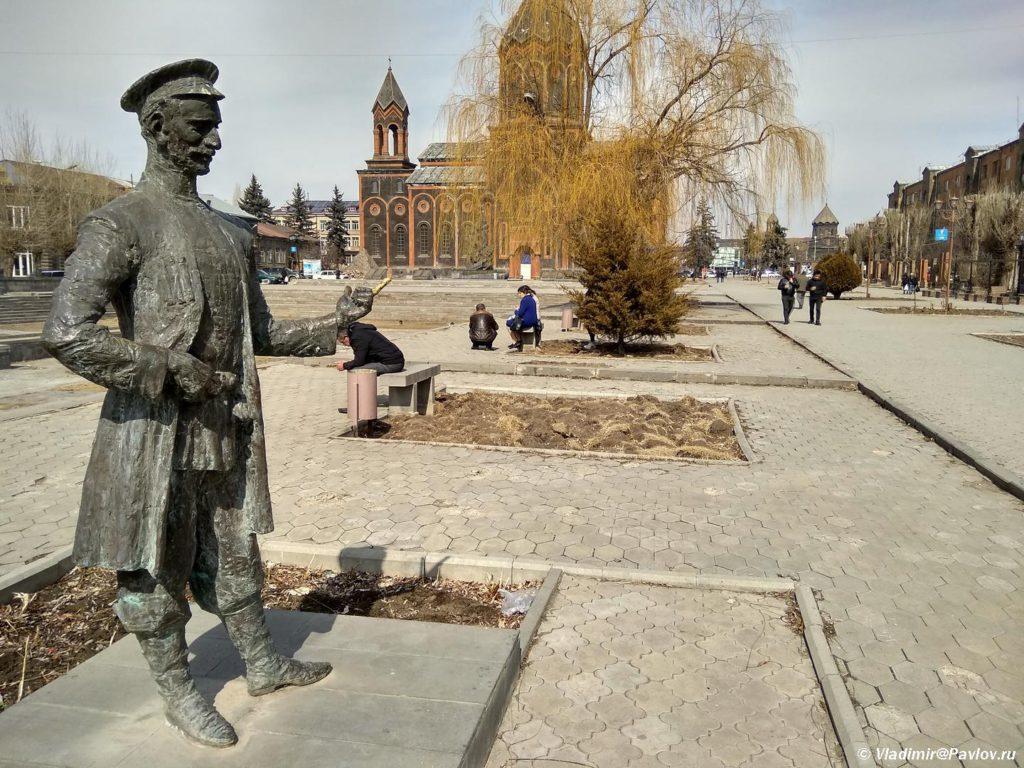 Statuya Poloza Mukucha. CHto posmotret v Gyumri. Armeniya 1024x768 - Гюмри, Армения. Гурджиев. Пончик-мончик. Экспресс. Аэропорт