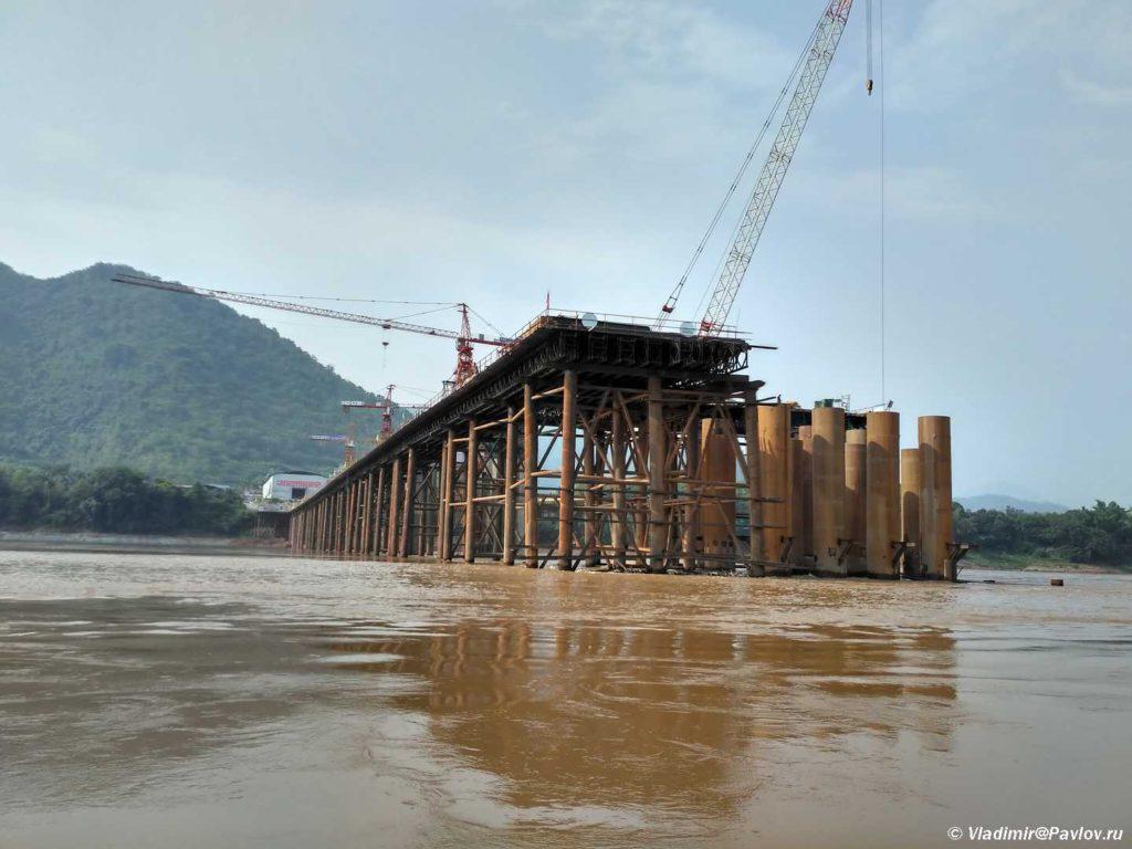 Stroitelstvo mosta cherez Mekong. Laos. Mekong 1024x768 - Круиз на лодке по Меконгу