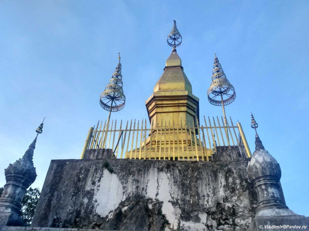 Stupa na vershine hramovoj gory Phu Si. Luang Prabang. Laos 1024x768 - Храмы и Закаты на Храмовой Горе Пху Си (Phu Si Mount)