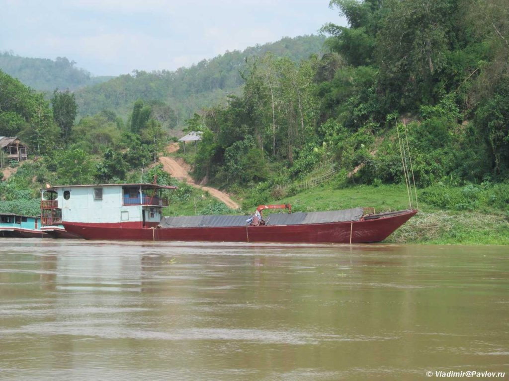 Suhogruz s pogruzchikom. Mekong. Laos 1024x768 - Судоходство по Меконгу. Лаос