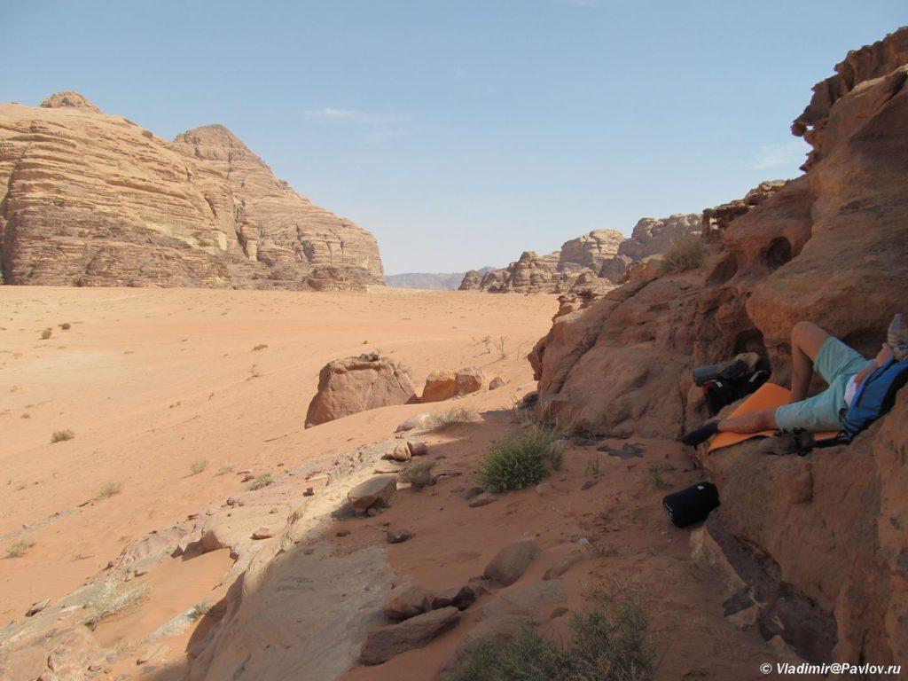 Temperatura v pustyne Vadi Ram na solntse vysoka no mozhno najti i ten. Iordaniya. Pustynya Vadi Ram. Wadi Rum Jordan 1024x768 - Ночлег в пустыне Вади Рам (Wadi Rum). Легеря бедуинов, шатры, палатки, кемпинги, отели.