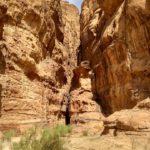 Treshhiny v skalah obrazuyut mnozhestvo hodov i ushhelij. Iordaniya. Pustynya Vadi Ram. Wadi Rum Jordan 150x150 - Каньоны в пустыне Вади Рам (Wadi Rum). Иордания.