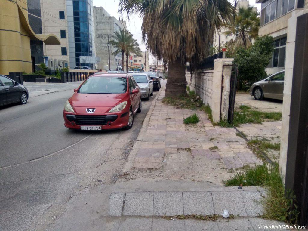 Trotuary v Ammane mogut byt pohozhi na polosu prepyatstvij. Amman Jordan 1024x768 - Столица Иордании Амман. Amman, Jordan.