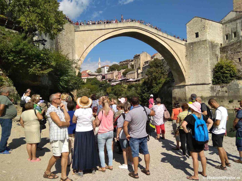 Turisty zhdut kogda budut pryzhki so Starogo Mosta. Bosniya i Gertsegovina Mostar 1024x768 - Старый Мост (Stari most) - достопримечательность в Мостаре (Mostar)