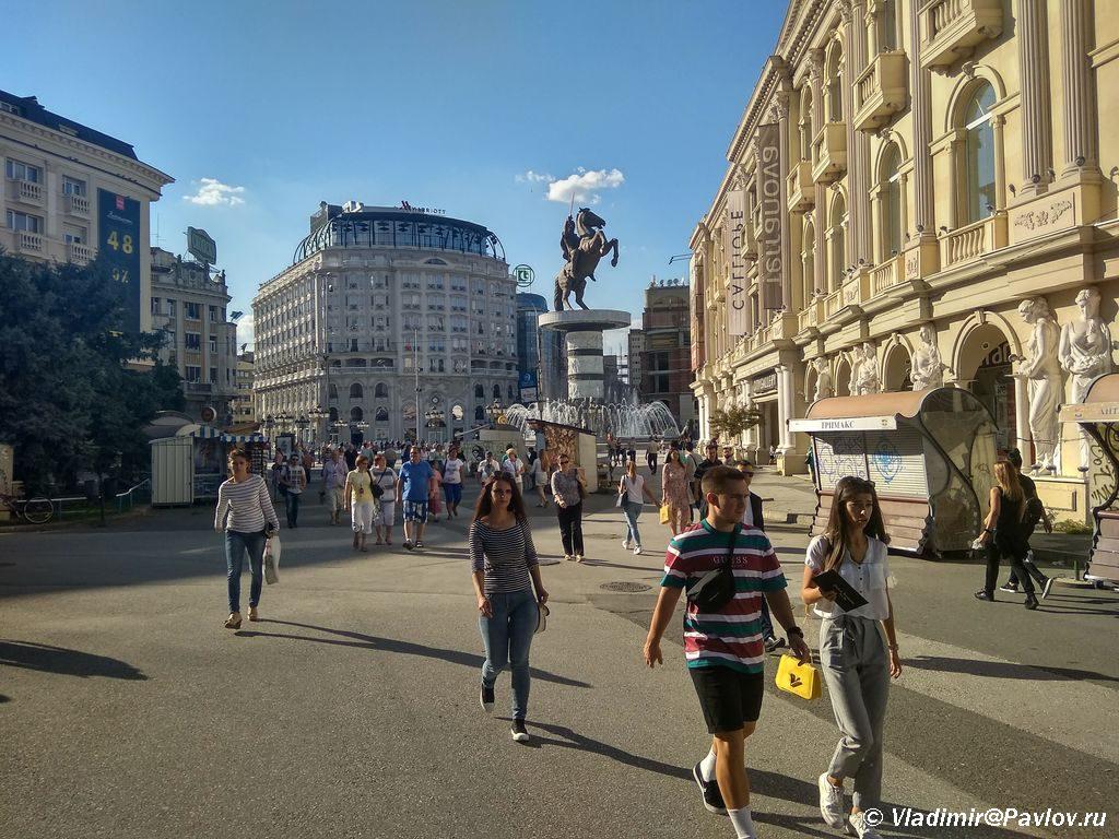 Ulitsa v Skope 1024x768 - Столица Македонии. Город статуй Скопье. Референдум.