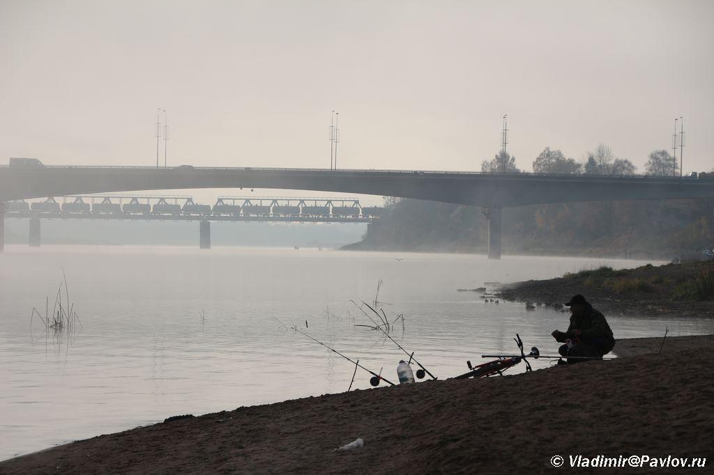 Utrennij tuman nad rekoj Velikoj. Rybak. Pskov - Туман, кафе в Пскове, цены